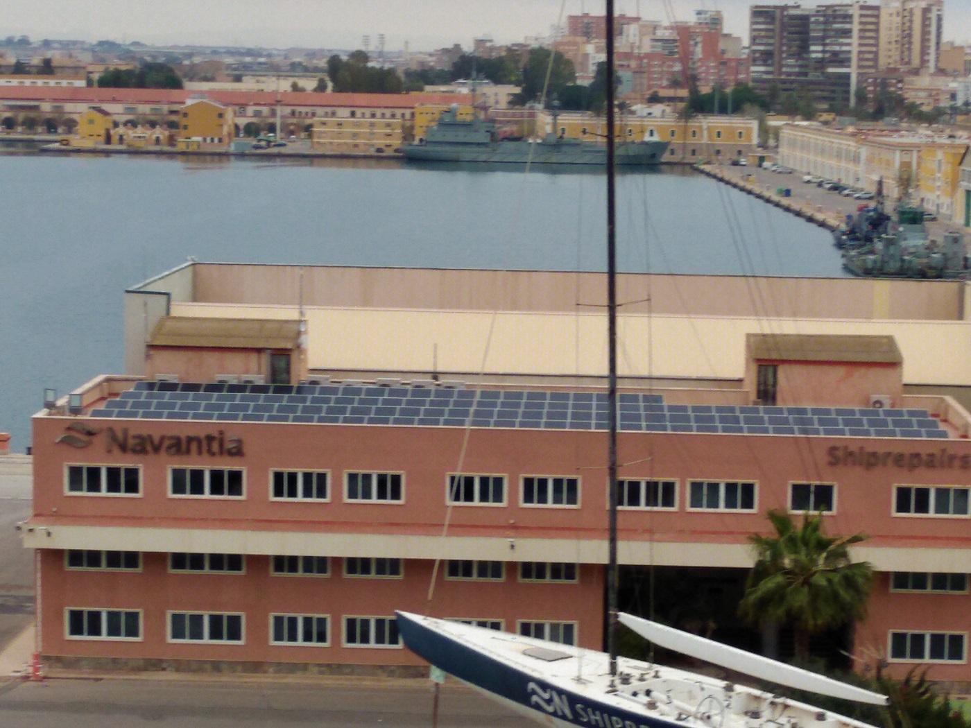Placas solares en el edificio de oficinas de Reparaciones de Navantia en Cartagena